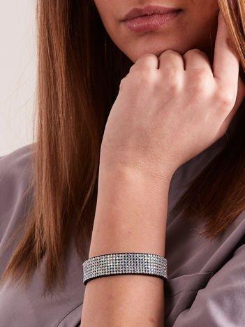 Bransoletka damska typu wrap na czarnym zamszowym pasku z drobnymi mieniącymi się perłowymi kolorami cyrkoniami
