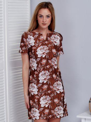 Brązowa sukienka z marszczonego materiału w kwiaty