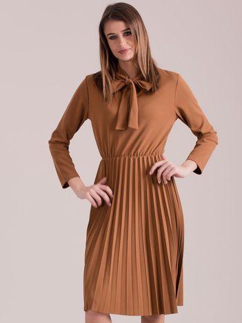 Brązowa sukienka z plisami