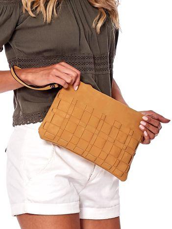 Brązowa torebka z motywem plecionki
