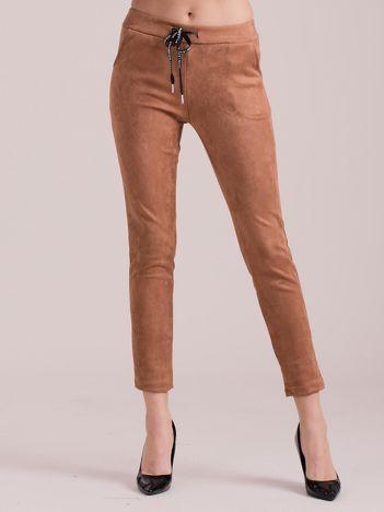 Brązowe spodnie z imitacji zamszu