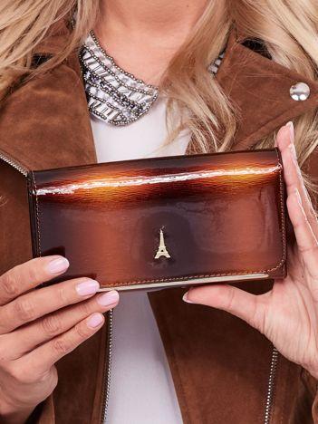 Brązowy lakierowany portfel ze skóry naturalnej z ozdobą