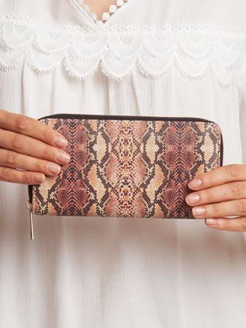Brązowy portfel we wzory