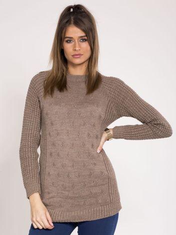 Brązowy sweter we wzory