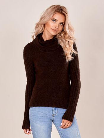 Brązowy sweter z miękkiej dzianiny