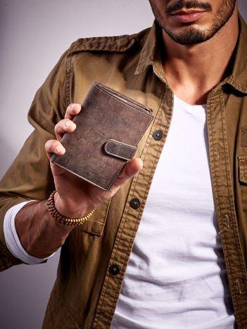 Brązowy zapinany portfel męski skórzany