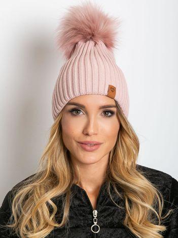 Brudnoróżowa czapka z wełną