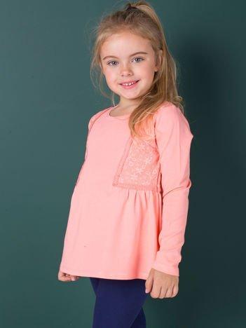 Brzoskwiniowa bluzka dziewczęca z koronkowymi wstawkami