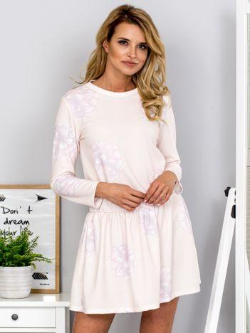 Brzoskwiniowa sukienka z kwiatowym motywem