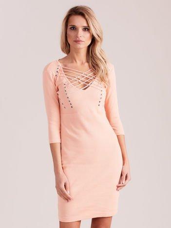Brzoskwiniowa sznurowana sukienka w prążek