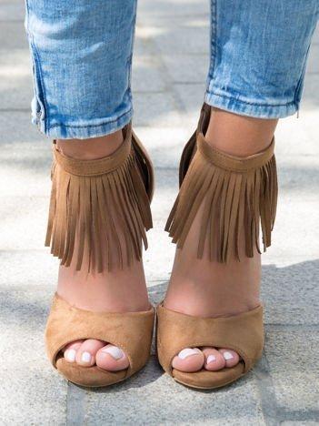 Camelowe sandały na szpilkach z ozdobnymi frędzelkami wokół kostki