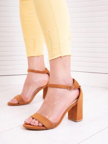 Camelowe sandały z eco zamszu na wysokim asymetrycznym słupku