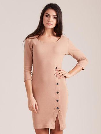 Ciemnobeżowa prążkowana sukienka z rozcięciem