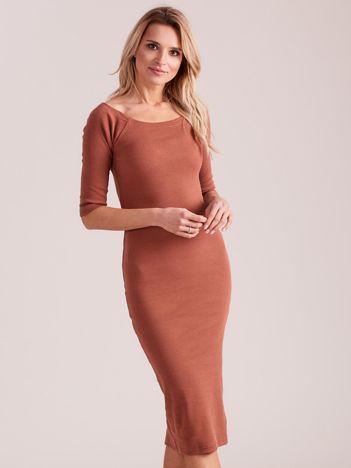 Ciemnobrązowa prążkowana sukienka odsłaniająca ramiona