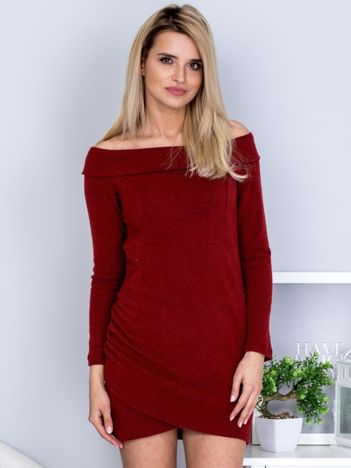 Ciemnoczerwona dopasowana sukienka odsłaniająca ramiona