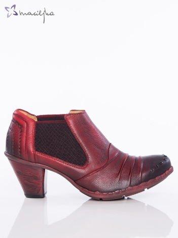 Ciemnoczerwone skórzane botki Maciejka z ozdobnymi dżetami na przodzie, gumkami po bokach i marszczoną cholewką na niskim asymetrycznym obcasie