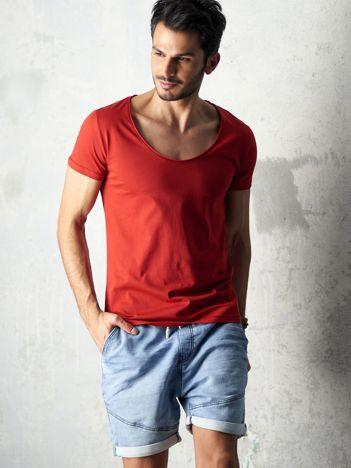 Ciemnoczerwony t-shirt męski z głębokim dekoltem