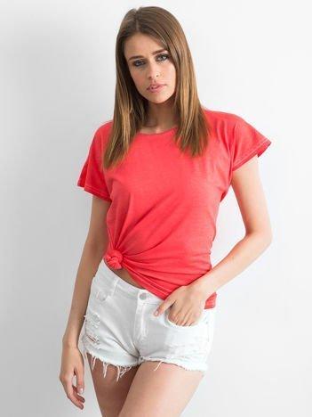 Ciemnokoralowy t-shirt z dekatyzowanym efektem