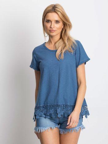 Ciemnoniebieska bluzka z koronkowym wykończeniem