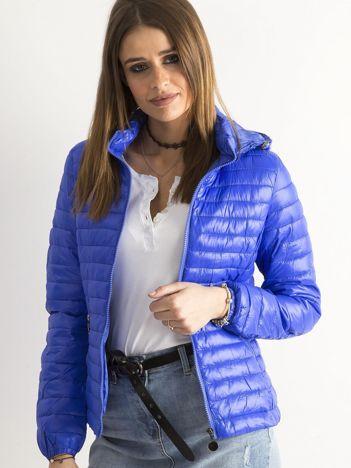 Ciemnoniebieska przejściowa kurtka