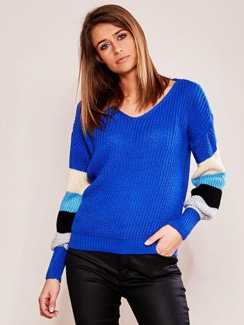 Ciemnoniebieski sweter z rękawami w paski