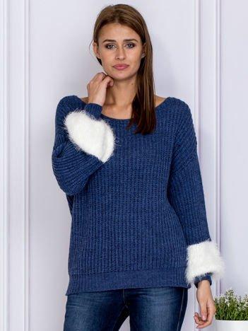 Ciemnoniebieski sweter z włochatymi rękawami