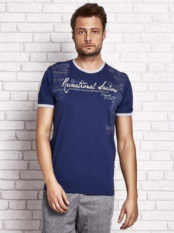 Ciemnoniebieski t-shirt męski z miejskim nadrukiem