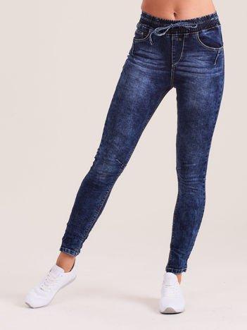 Ciemnoniebieskie damskie jeansy