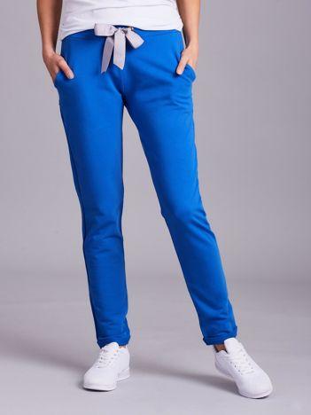 Ciemnoniebieskie dresowe spodnie z wiązaniem