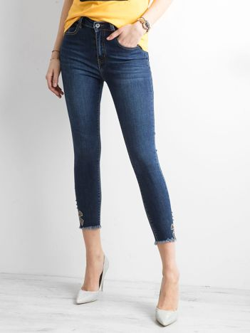 Ciemnoniebieskie spodnie ankle jeans z aplikacją