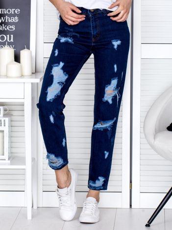 Ciemnoniebieskie spodnie mom jeans z dziurami