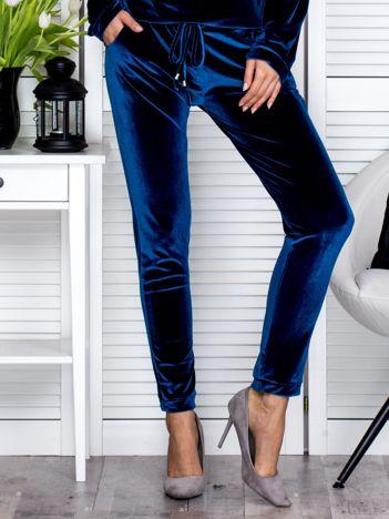 Ciemnoniebieskie welurowe spodnie dresowe o prostym kroju