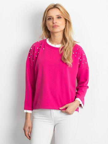 Ciemnoróżowa bluzka z perełkami i kontrastowym wykończeniem