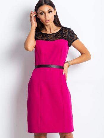 Ciemnoróżowa sukienka z koronkowym dekoltem