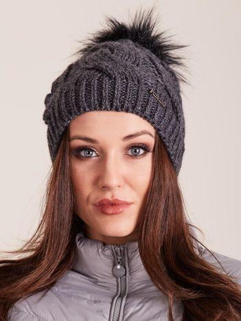 Ciemnoszara czapka na zimę w warkocze