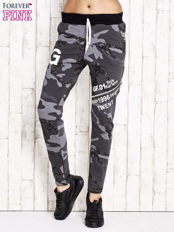 Ciemnoszare ocieplane spodnie dresowe motyw militarny
