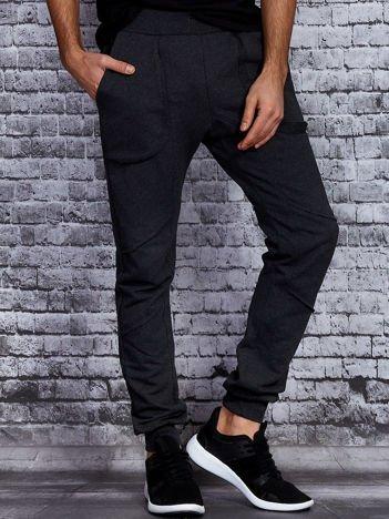 Ciemnoszare spodnie dresowe z surowym wykończeniem