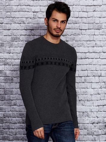 Ciemnoszary sweter męski ze wstawką we wzory