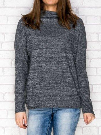 Ciemnoszary sweter z surowym wykończeniem