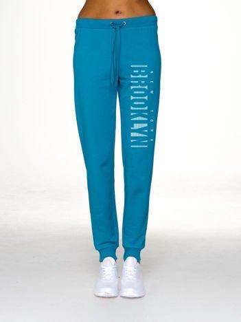 Ciemnoturkusowe spodnie dresowe z napisem BROOKLYN