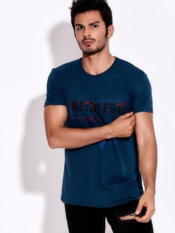 Ciemnoturkusowy t-shirt męski z nadrukiem napisów