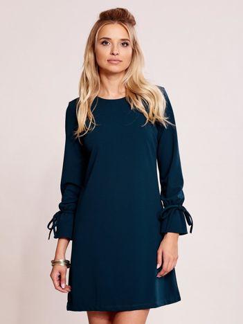 Ciemnozielona sukienka z wiązanymi rękawami