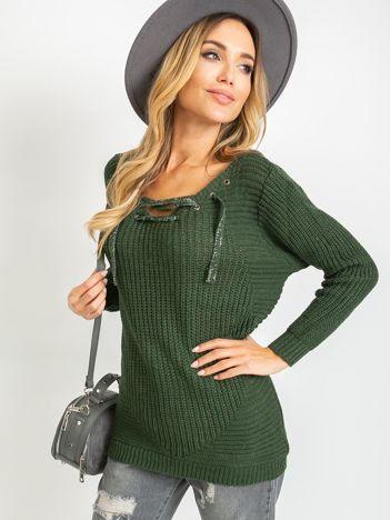 Ciemnozielony sweter ze sznurowaniem