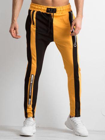 Ciemnożółte spodnie dresowe męskie ze wstawkami