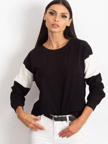 Czarna bluza z futerkowymi wstawkami na ramionach