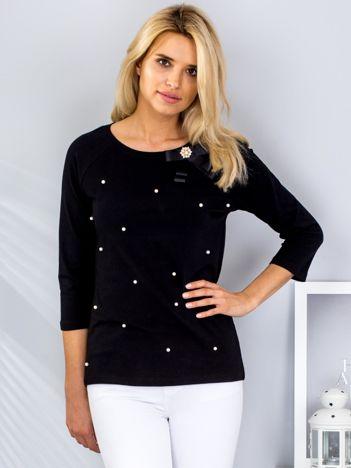 Czarna bluzka z przypinką i perełkami