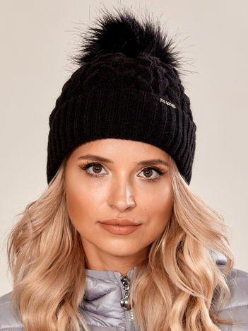 Czarna czapka w warkoczowy splot