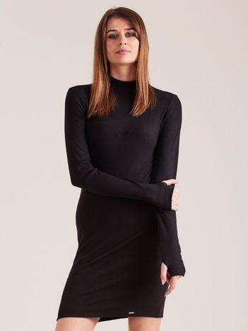 Czarna dopasowana sukienka z półgolfem