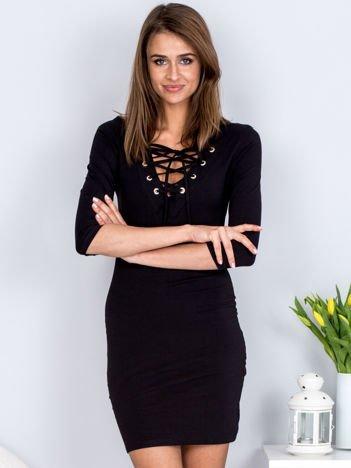Czarna dopasowana sukienka ze sznurowanym dekoltem