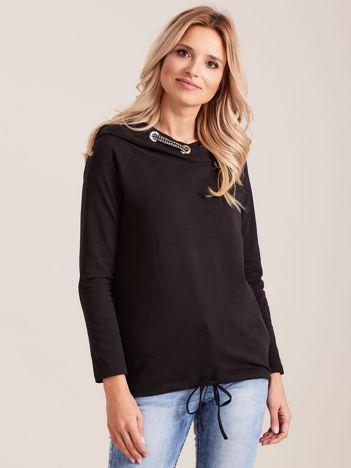Czarna dresowa bluza z ozdobnym kapturem